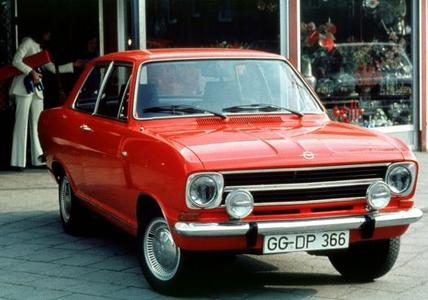 Opel Kadett B Limousine: Zur Markteinführung 1965 gibt es den Kadett mit Stufenheck wahlweise mit zwei oder vier Türen (Foto).
