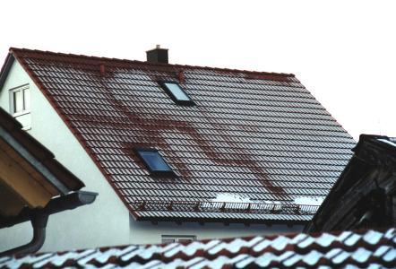 Wenn sich sogar der Grundriss der Dachwohnung abzeichnet, sollte die Dämmung vom Dachdecker unter die Lupe genommen werden.