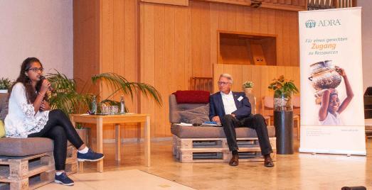 Hibba Kauser (li.) corona-konform im Podiumsgespräch mit ADRA-Deutschland Geschäftsführer Christian Molke bei der Nachhaltigkeitskonferenz 2020 in Darmstadt