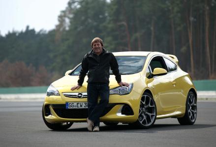 Stargast vor Ort: Auch Opel-Markenbotschafter Jockel Winkelhock feiert am 10. September im Opel Test Center mit