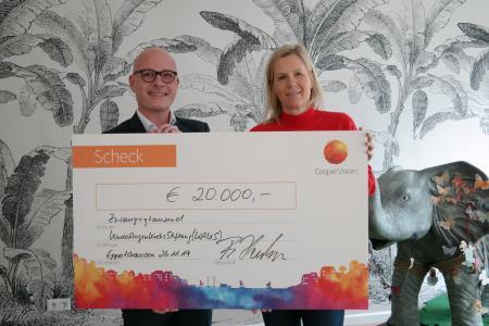 Jérôme Kuzio, Head of Marketing DACH bei CooperVision übergibt den Spendenscheck in Höhe von 20.000€ an Monika König, Vorsitzende des Kuratoriums und Gründerin der KinderAugenKrebsStiftung KAKS