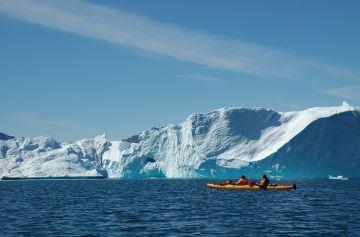 Vom Seekajak aus sind die Eisberge zum Greifen nah