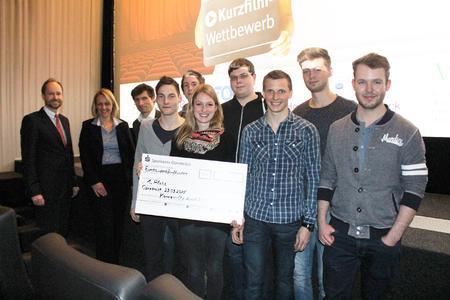 Das Siegerteam des Kurzfilm-Wettbewerbs freute sich über den ersten Preis. Erste Glückwünsche kamen von den Jurymitgliedern (von links) Hans-Christoph Gallenkamp, Sonja Ende und Prof. Dr. Karsten Morisse