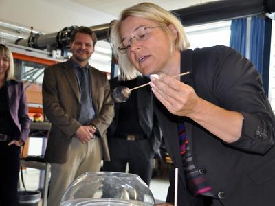 Ministerin bei einem Mitmachexperiment des JuniorCampus / Foto: Pressestelle FH Lübeck