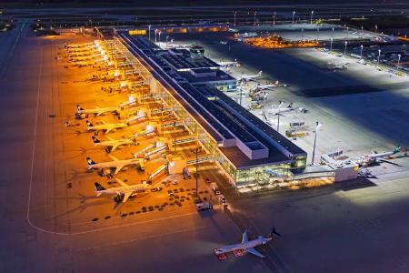 Die gesamte Vorfeldbeleuchtung am Flughafen München ist nun auf energiesparende LED-Technik umgestellt. Das Foto zeigt die alte und die neue Beleuchtungstechnik: Während die alten Natriumdampflampen (links im Bild) gelblich leuchten, geben die neuen LEDs ein strahlend weißes Licht ab (rechts im Bild). Die neue Technik wirkt bei gleicher Lichtleistung wesentlich heller und verbraucht deutlich weniger Energie