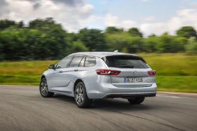 So geräumig und so agil: Die Kombivariante des Opel-Flaggschiffs, der Insignia Sports Tourer, fährt mit Turbodiesel- und Turbobenzinmotoren mit Hubraumvolumina von 1,5 bis 2,0 Litern vor