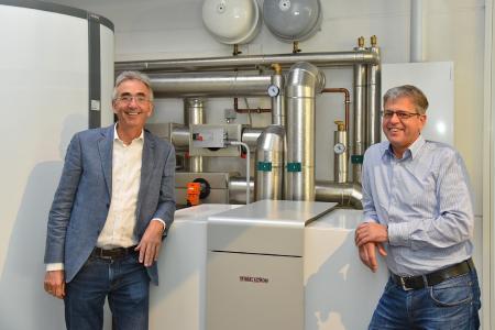 Peter Küpper, Josef Küpper Söhne GmbH und Guido Mevissen von Stiebel Eltron freuen sich über die ausgezeichnete Energiebilanz der Anlage
