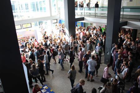 Der Info-Markt mit verschiedensten Angeboten rund um das Studium im Foyer der Hochschule kam bei den Erstsemestern gut an