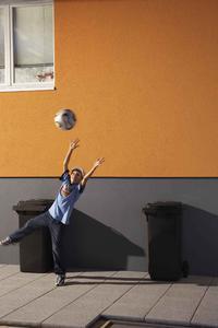 Ob Fußball oder Fahrrad, Hagel oder Sonnenschein:  Carbonfaserverstärkte Fassadendämmsysteme von Caparol halten hohen Belastungen stand und bleiben lange sauber und farbstabil, Foto: Caparol Farben Lacke Bautenschutz