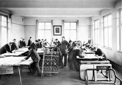 Ausbildung zu Beginn des letzten Jahrhunderts: Opel-Lehrlinge beim Zeichenunterricht