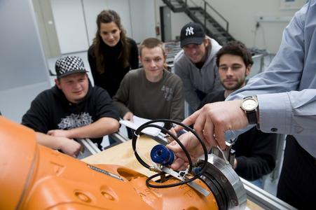 """Nah dran an der Praxis: Studierende des Studiengangs """"Entwicklung und Produktion"""" können ihr Wissen schon während des Studiums praktisch anwenden - wie hier im Labor für Handhabungstechnik und Robotik der FH Osnabrück."""