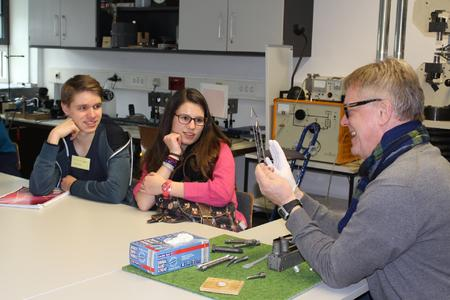 Der Ingenieur Martin Nardmann zeigt einem Teilnehmer des MINT-Tages, wie moderne Roboter gesteuert werden
