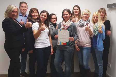 Alles top! Marga Michelsons und Jonas Borho (Fachstelle Kindertagespflege), Christiane Becker-Ott (Referentin) und Karin Gröger (5. v. l., vhs) gratulieren den neuen Tagesmüttern Lilija Jurcenko (Alsfeld), Jasmin Kaiser (Schotten-Burkhards), Sandra Dörr (Mücke-Nieder-Ohmen), Anna Vaupel (Schlitz), Kathrin Schäfer (Schlitz) und Claudia Emmerich (Schlitz-Queck) (Foto: Jugendamt)