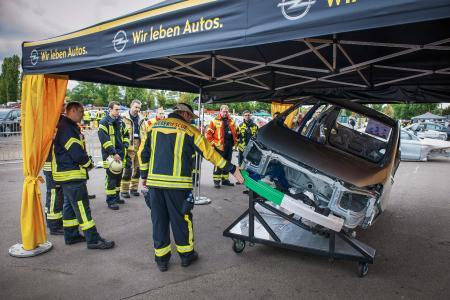 """Ausbildung am Original: Die Instruktoren der """"Weber Rescue Days"""" zeigten den angereisten Feuerwehrleuten, wo am Fahrzeug im Notfall der richtige """"Schnitt"""" anzusetzen ist"""