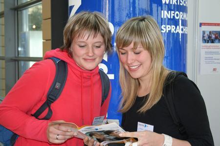Schülerinnen mit dem Messekatalog (Copyright: EINSTIEG GmbH)