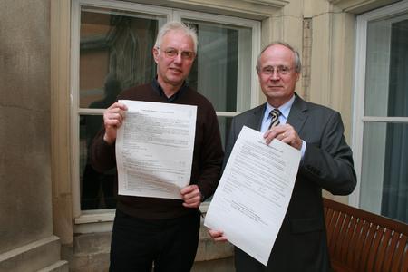 Sozialdezernent Erwin Jordan von der Region Hannover (links) und Dr. Michael Clar vom Hamburger Büro F+B (rechts) haben im Haus der Region den Fragebogen für den Mietspiegel 2010 für Hannover vorgestellt