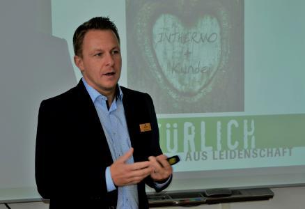 """Auf der DACH+HOLZ 2020 in Stuttgart wollen wir Ihnen zeigen, mit welchen Innovationen wir unsere Kunden bei notwendigen betrieblichen Umstellungen begleiten, damit sie die Herausforderungen der nahen Zukunft so effizient wie möglich meistern."""", lädt Geschäftsführer und Vertriebsleiter Dipl.-Holzbauing Stefan Berbner Medienvertreter auf den INTHERMO-Messestand Nr. 214 in Halle 10 ein / Foto: Achim Dathe für INTHERMO, Ober-Ramstadt; www.inthermo.de"""