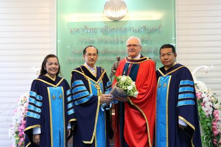 Glückwünsche nahm Prof. Dr. Norbert Vennemann (2.v.r.) von seinen Kooperationspartnern entgegen: (von links) Ass. Prof. Suwaluk Wisunthorn, Assoc. Prof. Chusak Limsakul (Präsident der PSU) und Assoc. Prof. Charoen Nakason (Vizepräsident der PSU). (Foto: Prince of Songhkla University)