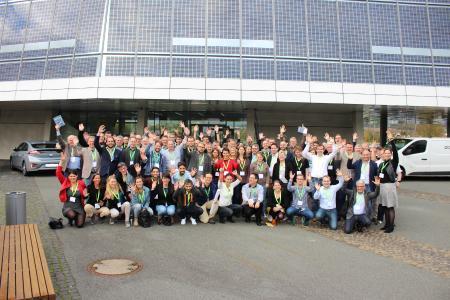 Die Teilnehmer des Blogger vor der SMA Solar Academy