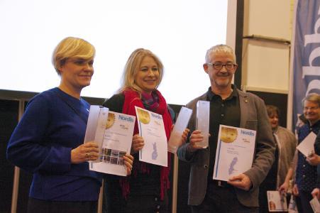 """Nordis Travel Award 2017, die Erstplatzierten - ganz rechts Klaus Lange (Rucksack Reisen) mit dem 1. Preis der Kategorie """"Reiseveranstalter"""". In den Kategorien """"Destinationen"""" und """"Website"""" sind Kolleginnen aus Finnland ganz oben gelandet / Bild: Nordis Verlag/Uwe Heruth"""