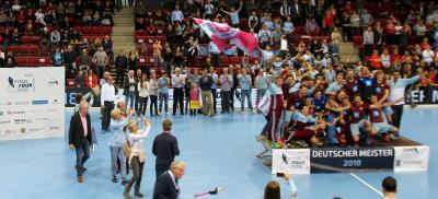 Die Partie blieb eng bis kurz vor Schluss, doch in den letzten Minuten drehte das UHC-Team noch einmal mächtig auf und versenkte den Ball gleich vier Mal im gegnerischen Tor. So lautete das Endergebnis 8:5 für den UHC Hamburg – und damit sicherte sich die Mannschaft zum dritten Mal nach 1964 und 2002 den Meistertitel. Foto: KLAFS GmbH & Co. KG