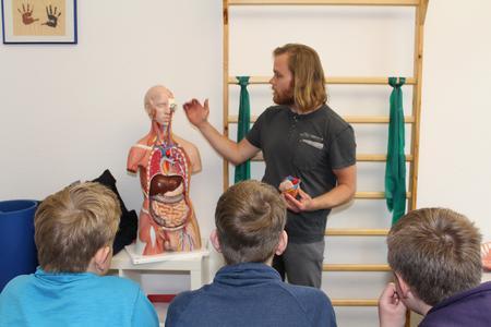 Bastian Vennegeerts erklärt Schülern den menschlichen Körper