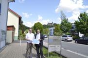 Ulf-D. Schwarz vom Bundesverband Selbsthilfe Körperbehinderter (BSK) e.V.(links) nimmt die Spende der mhplus Krankenkasse von deren Geschäftsstellenleiter Ludwigsburg, Gerd Köpf, entgegen