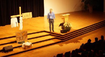 Gary Blanchard, Jugendabteilungsleiter der STA-Weltkirchenleitung, beim Eröffnungsabend (Foto: Jens Mohr/APD)