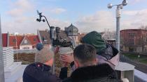 Das Projektteam der Wetterstation erneuert die Technik auf dem Dach, aber ein Großteil der Arbeit findet im Server-Raum statt / Foto: Tim Königs