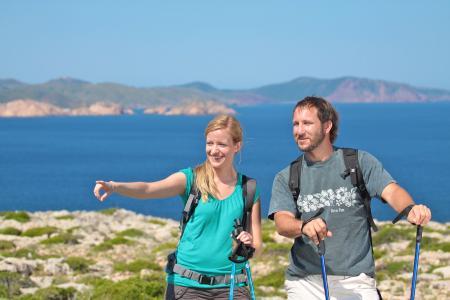 Für Individualurlauber gibt es eine Tour auf dem Camí de Cavalls: durch kleine Schluchten, entlang der Steilküste und zu türkisblauen Stränden