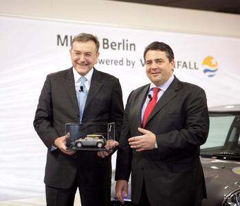 Pressekonferenz MINI E, Berlin, powered by Vattenfall Dr. Norbert Reithofer, Vorstandsvorsitzender der BMW AG und Sigmar Gabriel, Bundesumweltminister (v.l.)