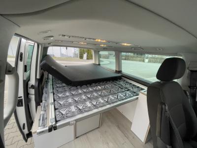 Das Good Life Bett bietet mit 160 x 200 cm einzigartigen Komfort in der VW Bus Klasse. Der Bettaufbau hat einen durchgehenden Lattenrost mit Tellerfedern und eine an der Oberfläche unsegmentierte Matratze. Einzigartiger Luxus für Campingfreunde ist so garantiert.