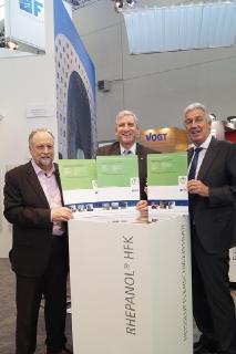 Udo Bächler, Managing Director der Saargummi Construction GmbH erhält die zwei ersten EPDs für Duraproof von Dr. Burkhart Lehmann