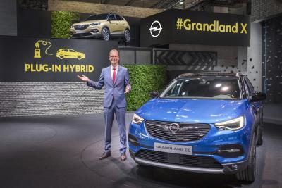 Weltpremiere: Opel CEO Michael Lohscheller kündigt auf IAA den ersten Plug-in-Hybriden von Opel an – den Grandland X