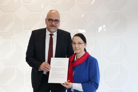 Christiane Ram, Leiterin der Mannheimer Wirtschaftsförderung (rechts), und Jens Brandt, Hauptgeschäftsführer der Handwerkskammer (links), unterzeichneten die Kooperationsvereinbarung / Copyright: Handwerkskammer Mannheim RNO