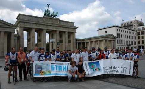 Endlich am Ziel - die Teilnehmer, Staatssekretärin Astrid Klug und das Organisationsteam beim letzten gemeinsamen Fototermin am Brandenburger Tor