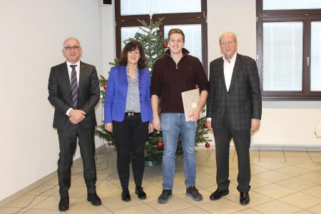 Eine besondere Ehrung erhielt Kammersieger Stefan Friebel (v.l.: Andreas Bayer, Heidi Weber-Mühleck, Stefan Friebel, Hans Weber)