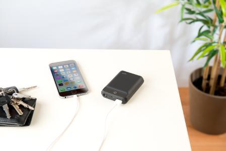 ZX 2819 13 revolt Powerbank im Kreditkartenformat 10.000 mAh 2 USB Ports 2.4 A 12 W