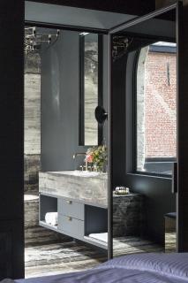 Für die Bäder, die ganz im Zeichen der von urbaner Eleganz geprägten Atmosphäre des De Gulde Schoens stehen, entschieden sich die Hoteliers für Produkte der Kollektion AXOR Citterio E / De Gulde Schoen / Frederic Vercruysse