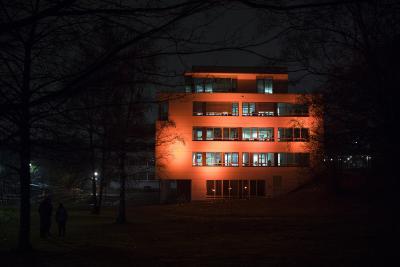 """Die Hochschule Osnabrück hat sich an der weltweiten Kampagne """"Orange your City"""" beteiligt: Anlässlich des Internationalen Tages gegen Gewalt an Frauen und Mädchen erstrahlte das Gebäude AF (Service- und Informationszentrum) der Hochschule am 24. November in Orange. (Foto: Hochschule Osnabrück / Swaantje Hehmann)"""