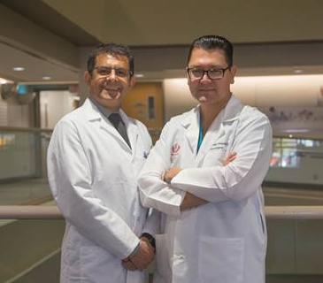 Dr. Khashayar Dashtipour und Dr. Miguel López-González (v.l.) (© Foto: Loma Linda University Health)