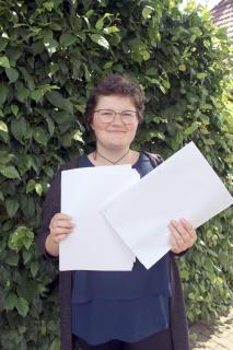 """Links das """"normale"""" Papier, rechts das umweltfreundliche. Einen Unterschied sieht man kaum, findet Emelie Mithin. Foto: Suria Reiche"""