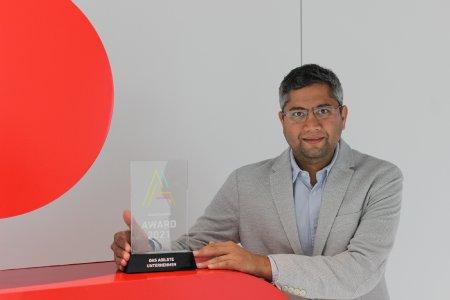Pranjal Kothari, Vorstandsmitglied der Sparkasse Bremen, mit der Auszeichnung.