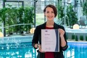 Laura Paelicke mit dem IHK-Zertifikat / Foto © Toskanaworld