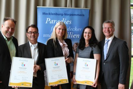 Bernd Fischer (Geschäftsführer TMV, l.) und Wolfgang Waldmüller (Vorstandsvorsitzender TMV, r.) übergaben die Auszeichnung an Volker Wünsche, Heike Gebauer und Doreen Camenz (v.l.)