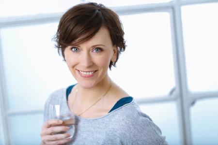 Frau-mit-Heilwasser-Glas