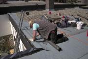Fehlende Absturzsicherung und zweifelhafte Entsorgung von bitumenhaltigen Baustoffen – hier ist wohl kein Fachmann am Werk. Übrigens: Flachdachabdichtungen dürfen nur durch Dachdecker-Fachbetriebe ausgeführt werden.