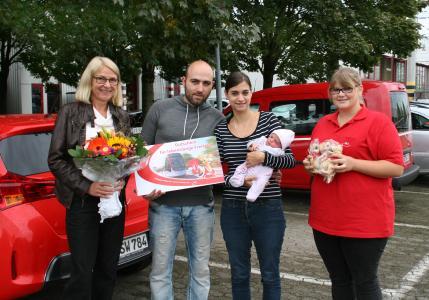 von links: VAG Unternehmensbereichsleiterin Dorothee Koch, Markus Weimer, Martina Willmann mit Baby Amelie Mareike sowie VAG Auszubildende Selina Jaich