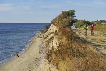 Radfahren an der Steilküste von Ahrenshoop auf Fischland-Darß-Zingst, Foto: Andreas Weise - factum