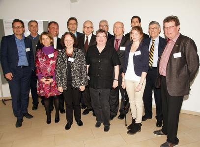 """Die Referentinnen und Referenten des Symposiums sowie die Mitglieder des Beirats """"Wasser als Lebensgrundlage"""" mit Catarina de Albuquerque (3.v.l.), Prof. Ursula Eid (5.v.l.), Präsident Prof. Dr. Andreas Bertram (6.v.l.), Prof. Dr. Burkhard Huch (7.v.l) und Prof. Dr. Elisabeth Leicht-Eckardt (8.v.l.)"""